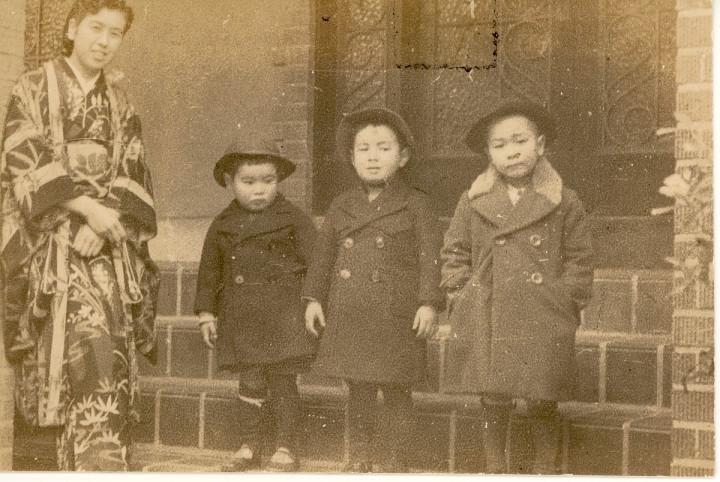 麻布の叔父叔母宅にて 叔母、私、兄、従兄弟
