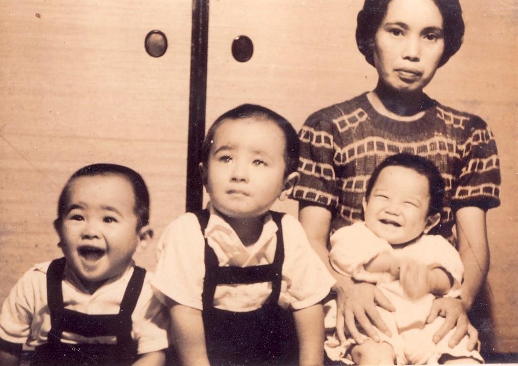 2歳ごろ中野の自宅で母、兄、弟と