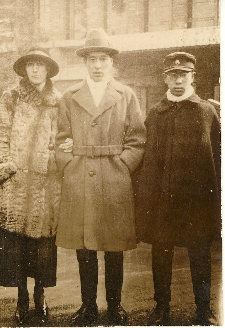 伯父とドイツ人の伯母エリザベス、右端は父 1923年