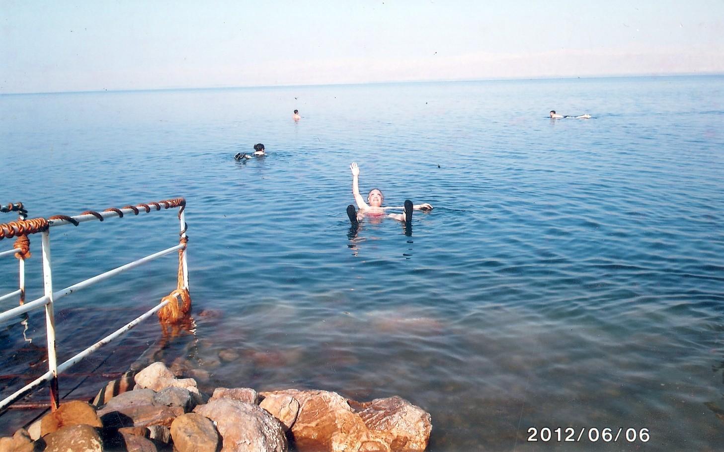 死海で身体が浮くことを実感 2012年6月