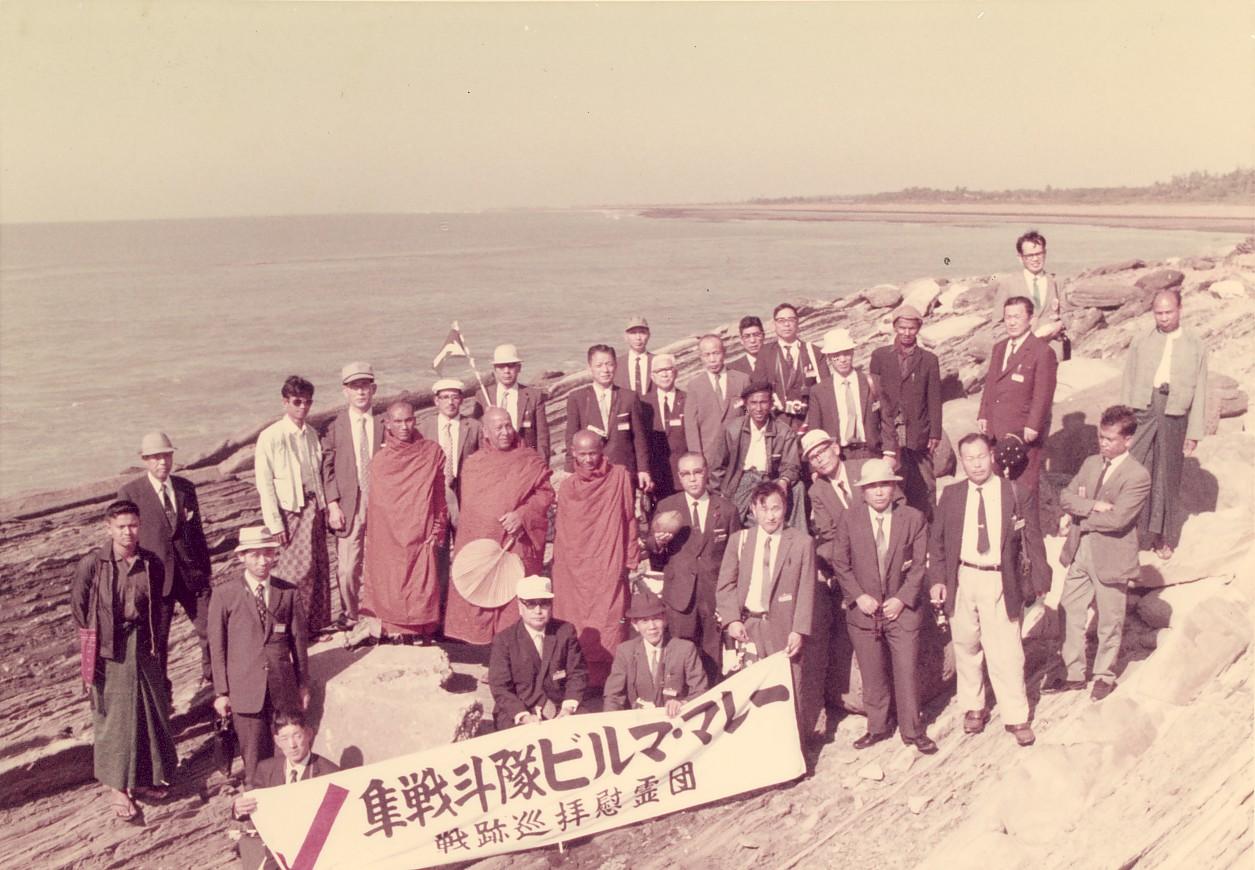加藤隼戦斗隊長が戦死されたベンガル湾を臨むアキャブ海岸で慰霊祭を終えて・右最上段 1972年1月