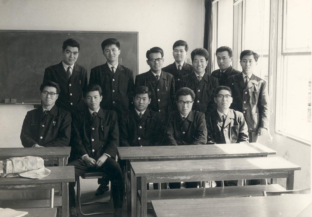 小田急電鉄学卒新入社員研修・後列左3人目 1963年4月