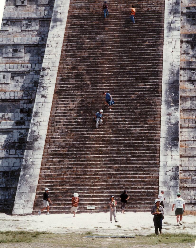 マヤ文明遺産のチチェイン・イッツァの階段中央を下る。 1994年2月