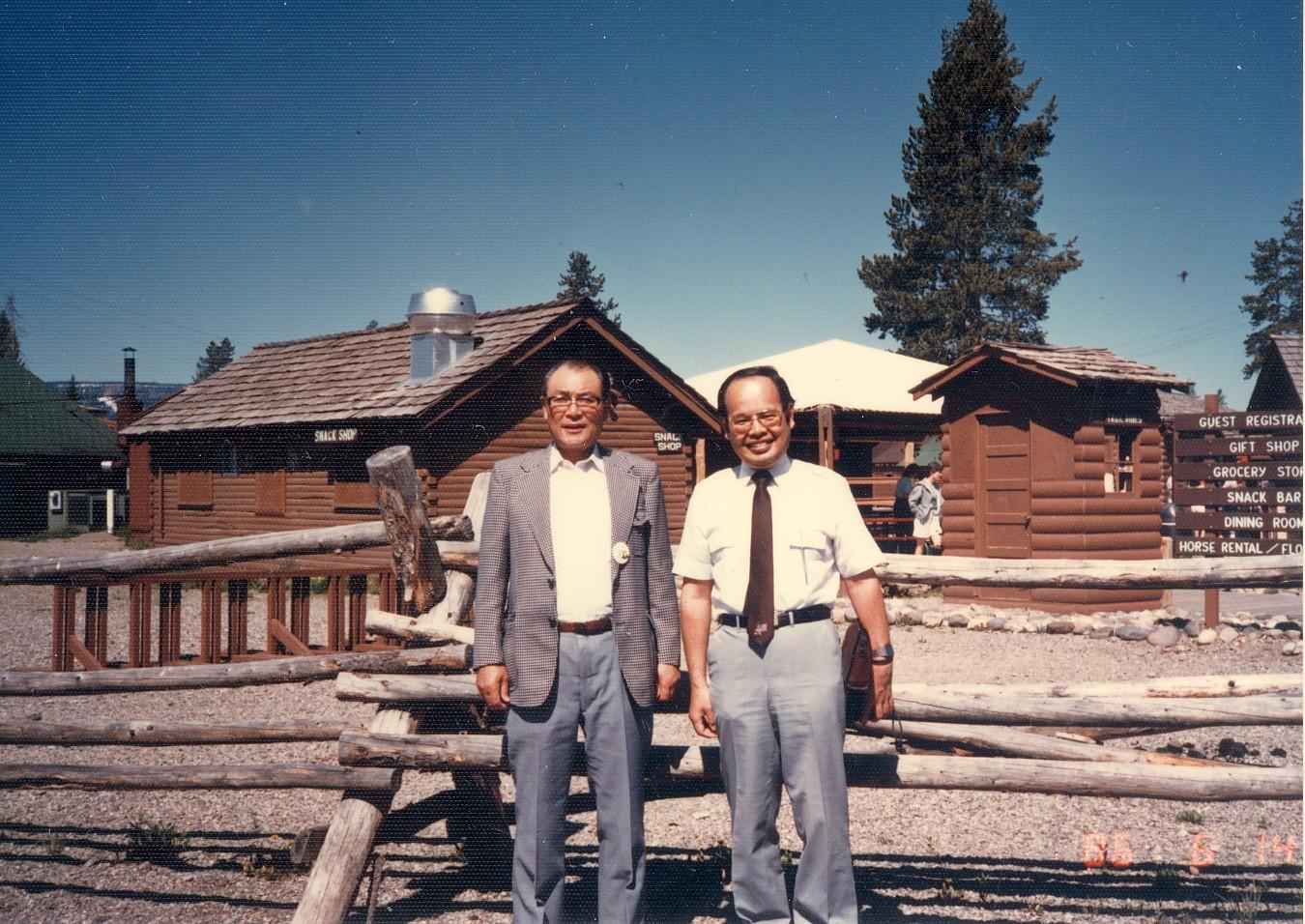 映画「シェーン」の舞台となったグランド・ティートン国立公園内、ジョーイが'Shane! come back to me!'と叫んだ小屋の前で 1990年6月