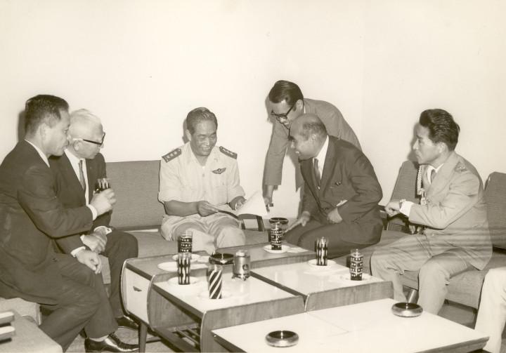 ビルマ政府要人・ウ・チッ・キン情報局長を鈴木元第5飛行師団参謀長、宮辺飛行第64戦隊長らとともに表敬訪問 1972年1月21日