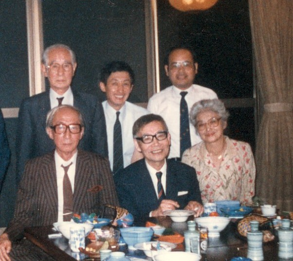 作曲家高木東六氏を囲んで 後列左は父