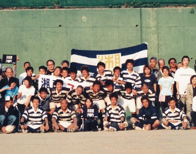 ラグビー部公式戦勝利後に記念写真・後列左