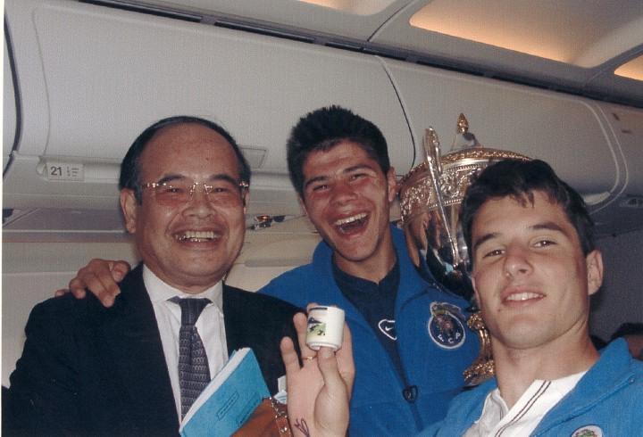パリからポルトへ向かう機中で、サッカー欧州U17杯に優勝、凱旋帰国するポルトガル・チームと同席 2001年6月