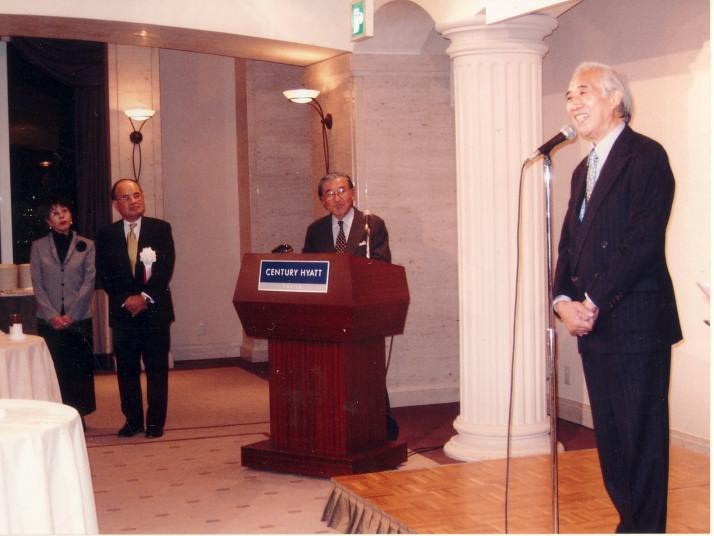 出版記念会で挨拶される小中陽太郎氏 2004年11月