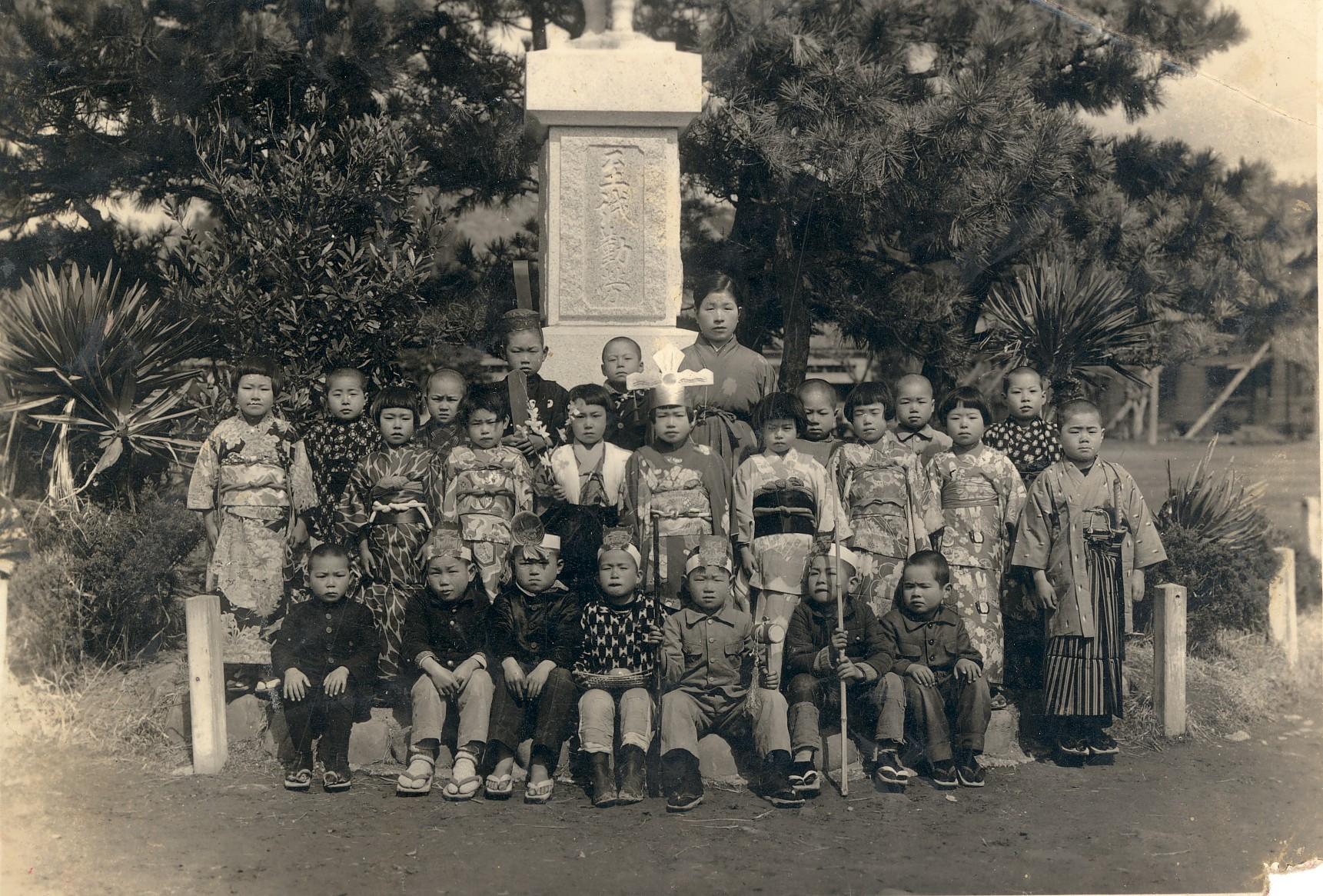 勝山国民学校初等科1年時学芸会「一寸法師」で鬼に浚われた子ども役・最前列右端 1946年3月