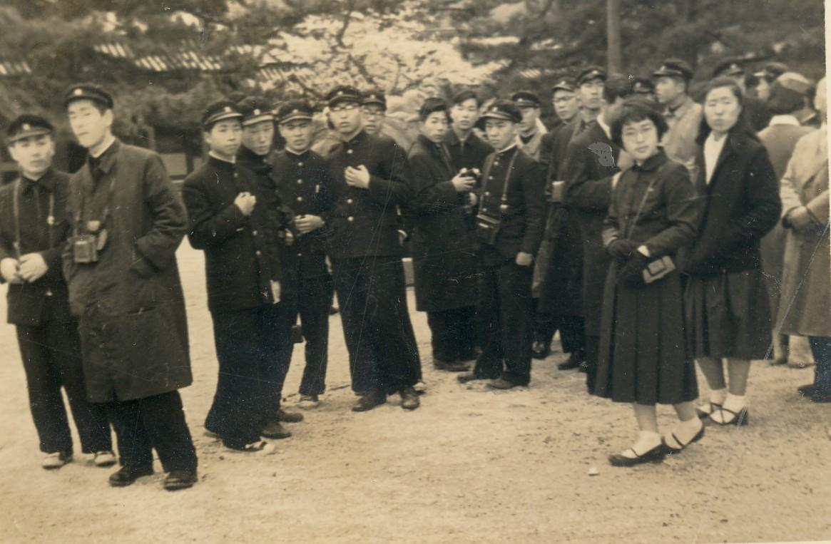 高校3年時関西方面修学旅行・左から5人目 1956年4月