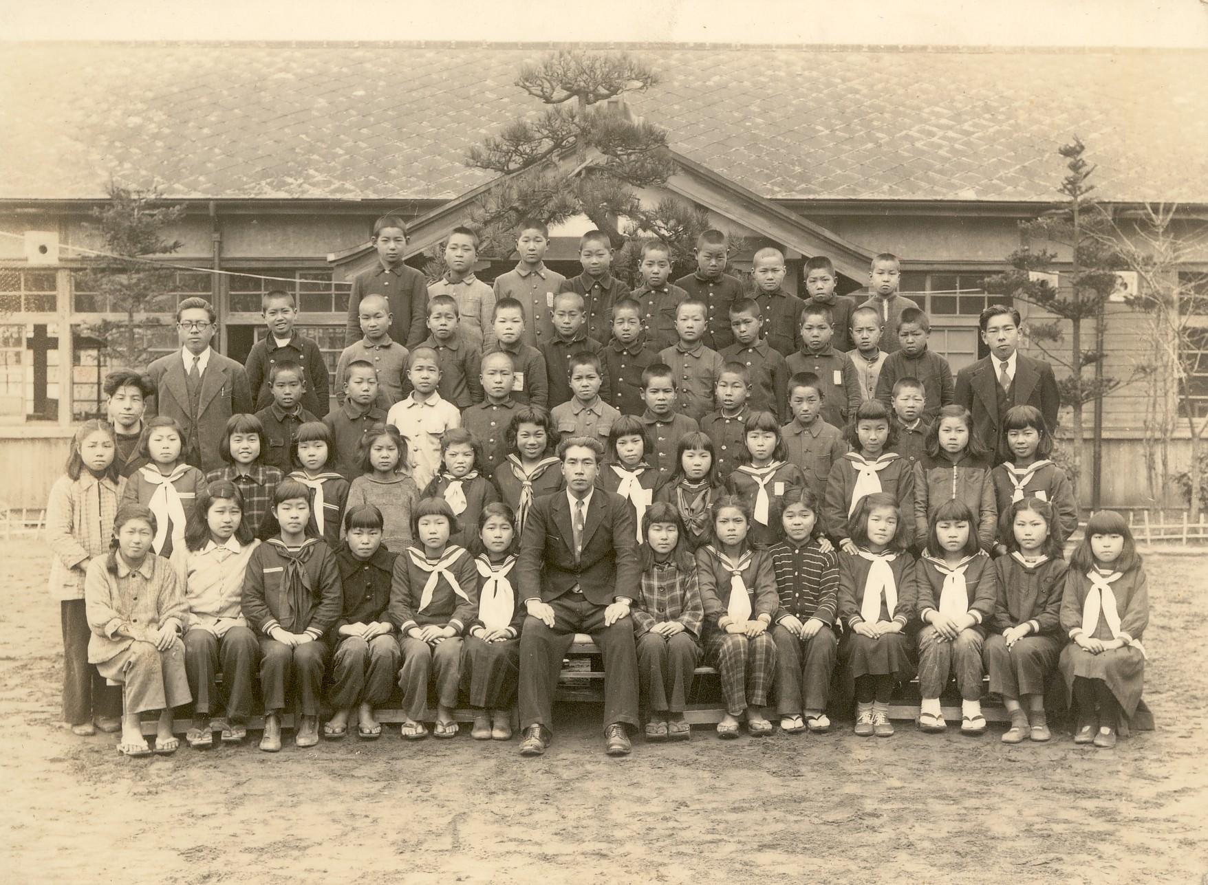 千葉幕張小卒業記念・恩師湯浅和先生と同級生 前から3列目右から4人目 1951年3月